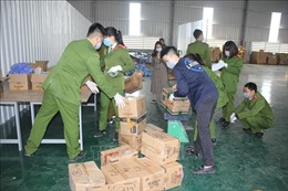 Hòa Bình: Niêm phong xưởng tái chế, thu giữ gần 4 tấn găng tay đã qua sử dụng