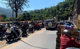 Ngừng lưu thông trên đèo Bảo Lộc để cứu hộ xe container lao xuống vực