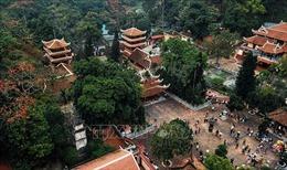 Gần 3 vạn du khách trẩy hội trong ngày đầu tiên chùa Hương (Hà Nội) đón khách trở lại