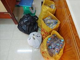 Chín học sinh phải đến trạm y tế vì uống nước ngọt miễn phí trước cổng trường
