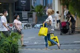 Malaysia khuyến cáo người dân đeo hai khẩu trang để phòng dịch