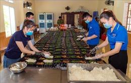 Thanh niên tình nguyện hỗ trợ nấu suất ăn phục vụ bệnh nhân và y bác sỹ