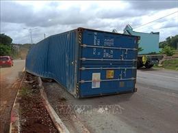 Xe đầu kéo mất lái, thùng container văng xuống đường