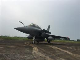 Chiến đấu cơ Rafale của Không quân Pháp đáp xuống sân bay Nội Bài