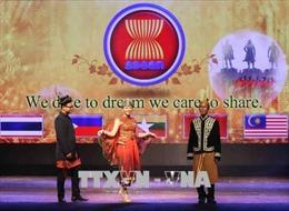 Biểu diễn trang phục truyền thống và giao lưu nghệ thuật ASEAN