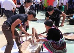 Thi giã bánh dày trong ngày Tết Độc lập của đồng bào dân tộc Mông