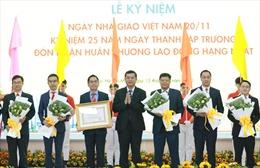 Trường ĐH Công nghệ TP HCM đón nhận Huân chương Lao động hạng Nhất