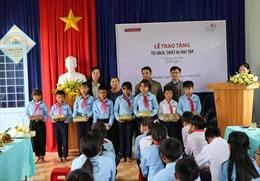 Kon Tum: Trao tặng thiết bị học tập cho trẻ vùng sâu