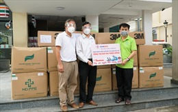 EVNSPC cùng báo Tiền Phong trao tặng lượng lớn vật tư y tế, máy tính cho hai bệnh viện tuyến cuối