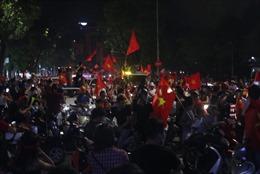 Asiad 2018: Olympic Việt Nam vào tứ kết, Bờ Hồ biến thành rừng cờ đỏ