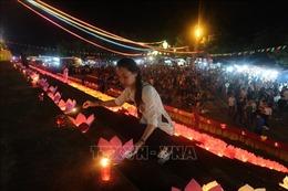 Thả 5.000 hoa đăng cầu quốc thái dân an trên sông Lục Đầu