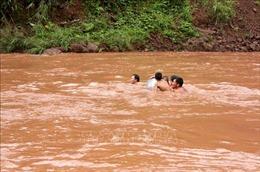 Học sinh Lai Châu vượt suối dữ tới trường khai giảng