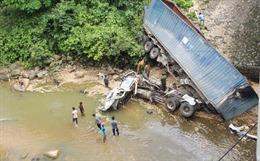 Xe đầu kéo vượt thành cầu lao xuống khe suối tại Đakrông