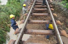 Mưa lũ cuốn trôi 40m nền đường sắt Bắc - Nam qua Ninh Thuận