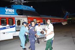 Dùng trực thăng đưa công nhân bị nạn tại Trường Sa vào đất liền cấp cứu