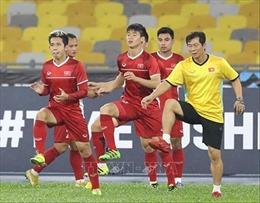 Thày trò Park Hang-seo tập luyện dưới trời mưa, sấm chớp tại sân Bukit Jalil