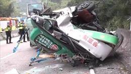 Xe buýt bất ngờ lật nhào, ít nhất 20 học sinh bị thương