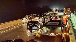 Khoảng 100 xe đâm nhau liên hoàn, hàng chục người thương vong