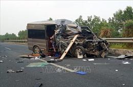 Xe khách va chạm xe container trên cao tốc làm 2 người tử vong