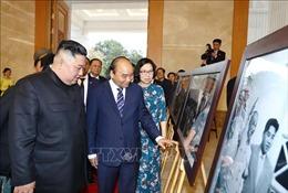 Thủ tướng Nguyễn Xuân Phúc và Chủ tịch Triều Tiên tham quan trưng bày ảnh của TTXVN