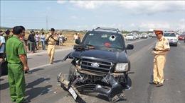 Xe bán tải ép xe cảnh sát giao thông đổ xuống đường, 2 chiến sĩ bị thương