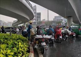 Người dân TP Hồ Chí Minh không kịp trở tay vì mưa trái mùa diện rộng