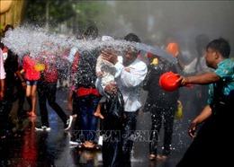 Người dân Myanmar đón Tết té nước Thingyan