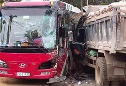 Xe chở du khách nước ngoài va chạm xe tải tại Yên Bái