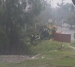 Hai bố con bị nước mưa cuốn mắc kẹt trong cống