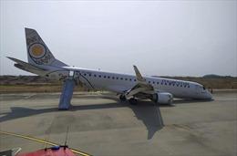 Máy bay chở 89 người hạ cánh... bằng 'bụng'
