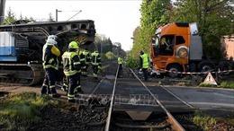 Tàu hỏa va chạm xe đầu kéo, ít nhất 20 người bị thương