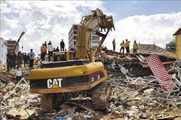 Tìm thấy một người sống sót trong đống đổ nát vụ sập nhà 7 tầng ở Campuchia