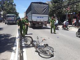 Bị xe tải đâm tử vong khi đạp xe băng qua dải phân cách