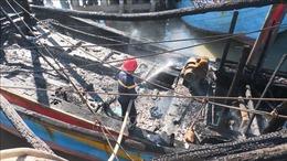 Tàu cá neo đậu tại cảng bất ngờ bốc cháy