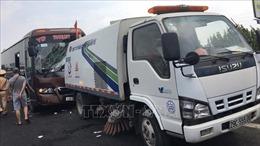 Xe khách va chạm xe vệ sinh đường cao tốc Pháp Vân - Cầu Giẽ, 5 người nhập viện