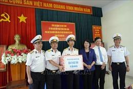 Phó Chủ tịch nước thăm, tặng quà cán bộ, chiến sĩ Vùng 2 Hải quân