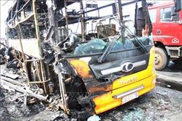 Đang lưu thông, xe khách giường nằm bất ngờ bị cháy trơ khung