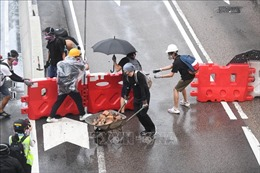 Người biểu tình quá khích làm gián đoạn hoạt động tại sân bay Hong Kong (Trung Quốc)