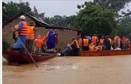 Thủ tướng Nguyễn Xuân Phúc chia sẻ khó khăn với đồng bào vùng ngập lũ miền Trung