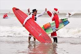 Ông già Noel thi lướt sóng gây quỹ từ thiện