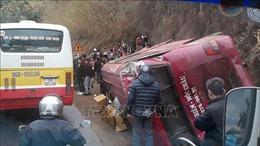 Xe tải mất phanh đâm xe khách lật ngang trên Quốc lộ 6, 12 người bị thương