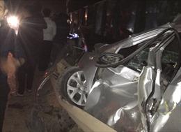 Tàu hỏa tông taxi bẹp dúm, lái xe tử vong tại chỗ