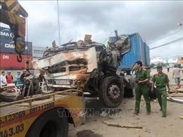 Xe đầu kéo tông sập 2 căn nhà tại Quy Nhơn, lái xe tử vong trong cabin