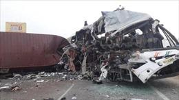 Xe buýt bị nổ lốp, lao vào xe tải ngược chiều khiến ít nhất 20 người tử vong