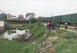 Tàu hỏa hất văng xe tải xuống ao, tài xế tử vong tại chỗ