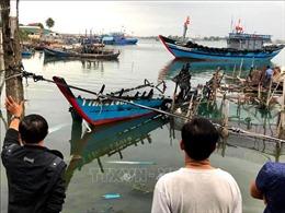 Tàu cá bị thiêu rụi chưa rõ nguyên nhân khi neo đậu ở làng chài