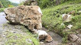 Giông lốc 'đẩy' đá trên núi lăn xuống khiến một người tử vong