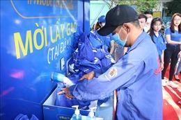 Phát gạo miễn phí cho người dân có hoàn cảnh khó khăn tại TP Hồ Chí Minh