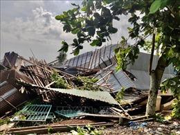 Mưa dông kèm lốc xoáy làm sập và tốc mái 180 căn nhà ở An Giang