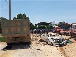 Xe tải va chạm xe con khiến 3 người tử vong